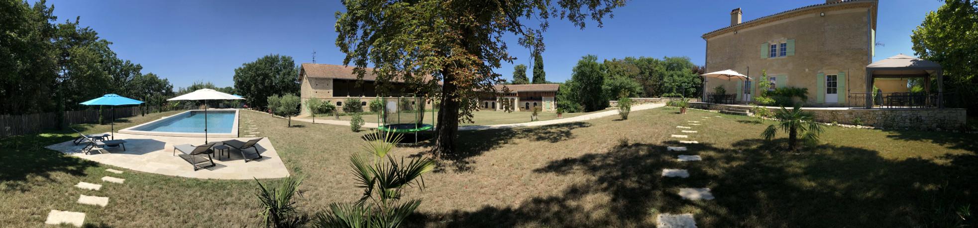 Parc et piscine derrière la maison du Domaine de Lajean